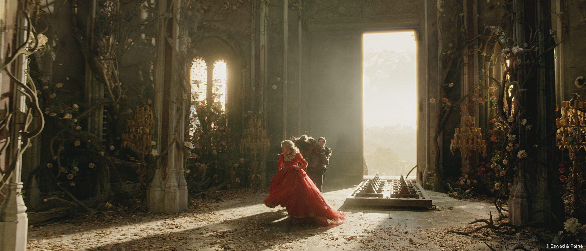 la-belle-et-la-bete-castle-inside-grand-hall